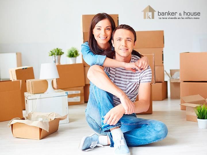 Pareja feliz a punto de comprar una vivienda en una inmobilaria