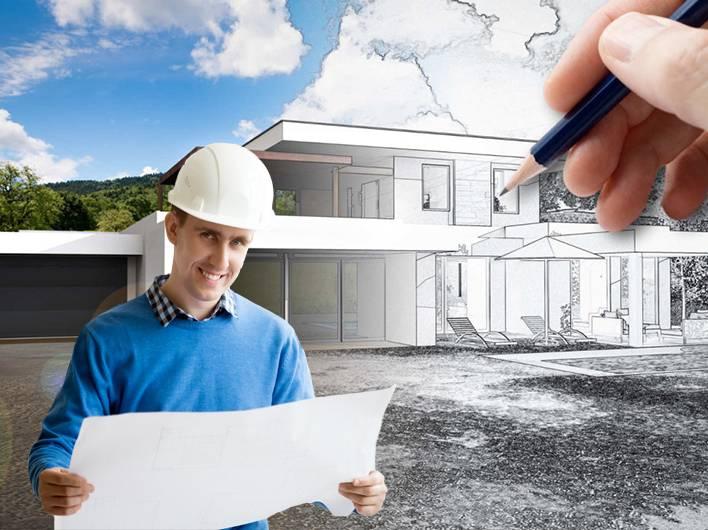 Arquitecto con planos para reformar vivienda