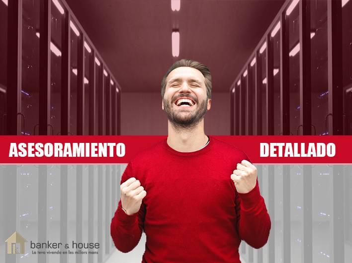 imagen chico feliz con servidores detrás de él. Big data inmobiliario