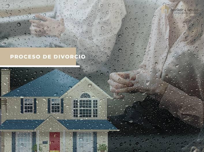 Matrimonio pactando últimos detalles por la venta de vivienda familiar tras divorcio.