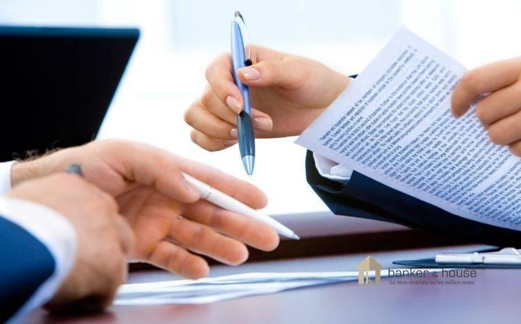 Imagen de comprador y propietario revisando contrato de arras.